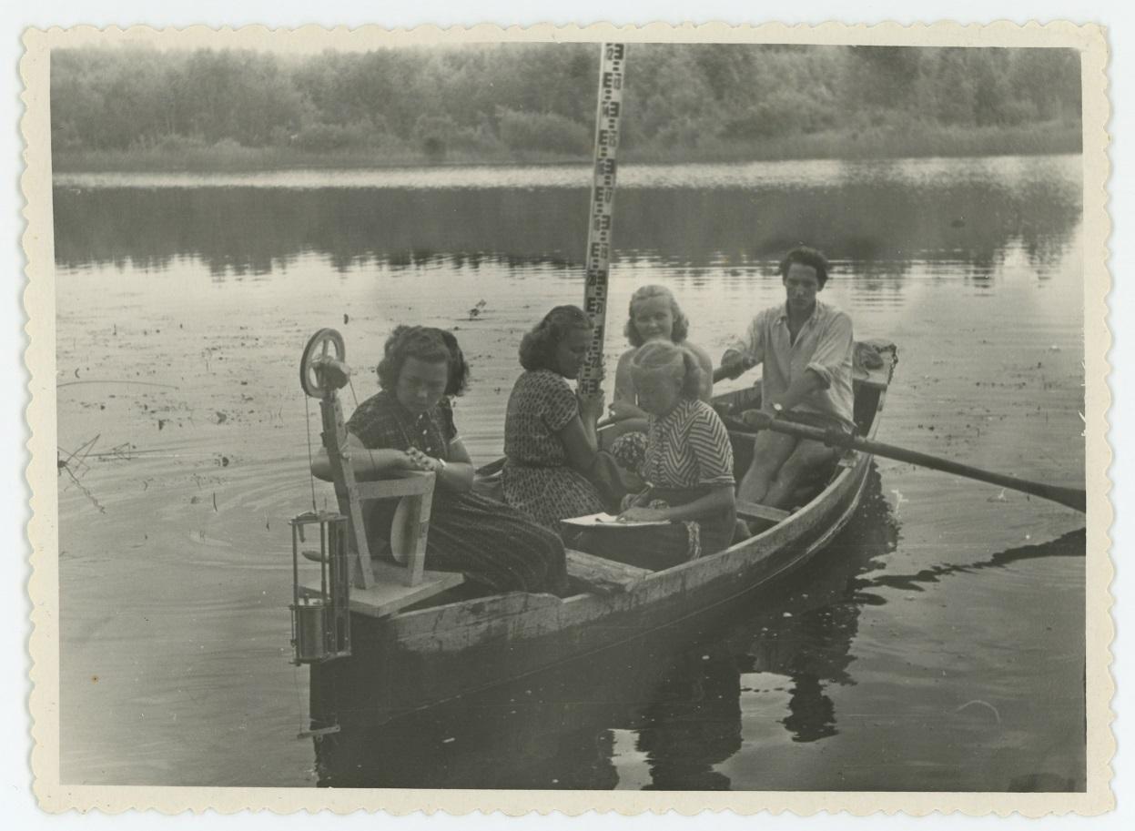 Tartu Riikliku Ülikooli üliõpilased hüdroloogia praktikumis Vasula järvel, 1950. aastad (TÜM)