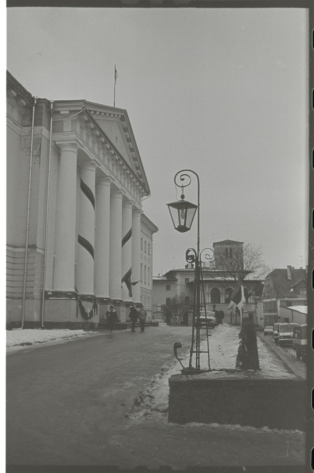Tartu Ülikooli peahoone 1. detsembril 1989 (E. Saki foto, TÜAM)